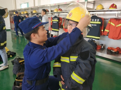 """你知道消防车里的""""秘密""""吗?跟紧梅州日报小记者团,带你一探究竟!"""