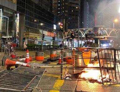 香港暴徒破坏数百交通灯,市民出行安全隐患大