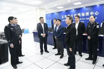 吴晖、朱少辉率队慰问春节坚守岗位的执勤民警
