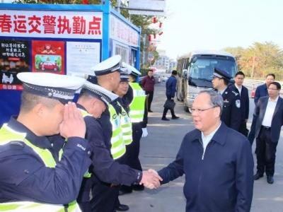 余其豹、洪国华率队到兴宁春运交警执勤点看望慰问一线民警