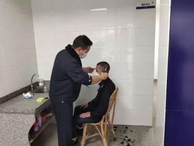"""不做F4,蕉岭民警陈锦鸿""""私人订制""""理发室在警局""""开张""""..."""
