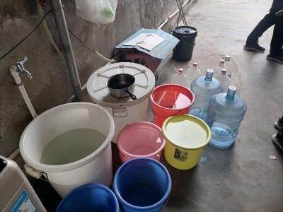 """白天水龙头滴水不出、夜晚11点后储水...这是近400户村民的""""渴""""望"""