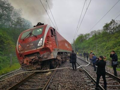 直播回顾丨直击湖南郴州境内客运列车脱轨搜救现场