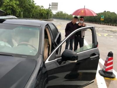 """这两人从梅城驾车去五华""""吸了个毒"""",回来时警车迎接!"""