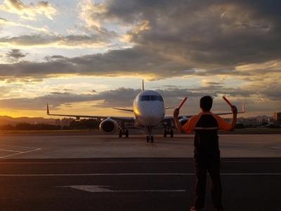 首个赴英临时航班已起飞,预计接约180名留学生回中国