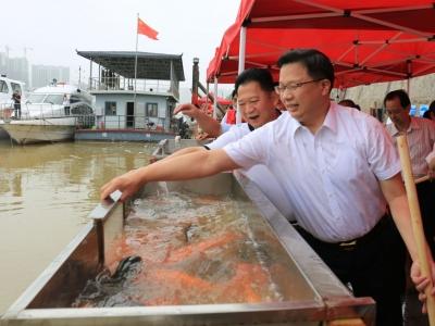梅江区举行渔业资源增殖放流活动
