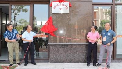 迎中甲,宣传梅州体育!今日,梅州日报社全媒体工作站在五华足球小镇揭牌