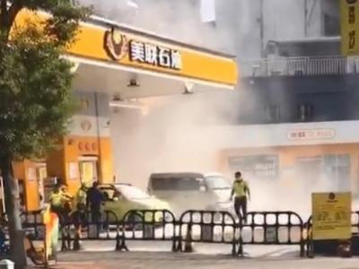 惊险!驶入加油站的小车突然车头冒浓烟...