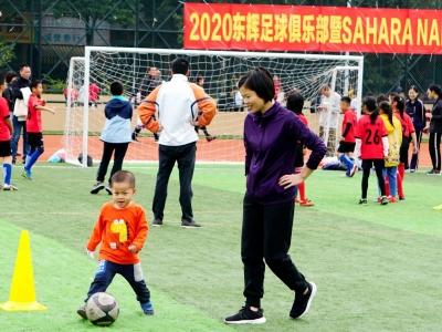 接力绕杆 足球踢桶...萌娃和家长们玩嗨绿茵场!