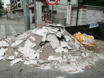 """梅城环市北路一路口现""""垃圾山"""",还长出杂草!附近居民很是苦恼..."""