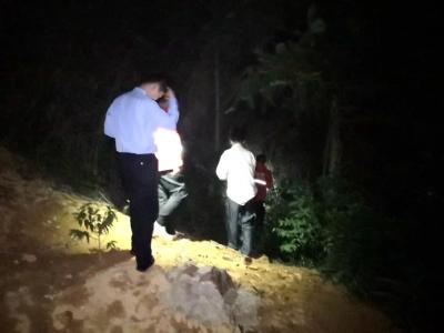 半百老人采药被困深山!3小时后,民警在荆棘丛里找到了他...